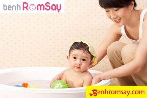 Tắm thường xuyên cho bé là một trong những Cách chữa rôm sảy ở trẻ nhỏ tại nhà cực đơn giản