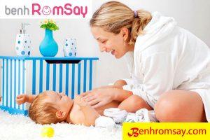 Tắm giặt, vệ sinh thường xuyên cho bé để cơ thể thoáng mát không tích nhiệt, nhiễm khuẩn