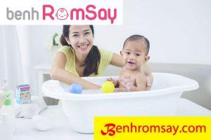 Tắm giặt vệ sinh thường xuyên cho bé là biện pháp tốt nhất giúp bé phòng tránh được các bệnh ngoài da