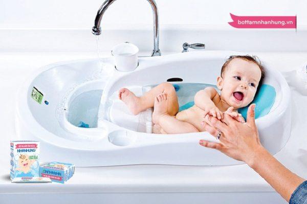Trẻ sơ sinh bị rôm sảy ở cổ cần được tắm giặt vệ sinh thường xuyên