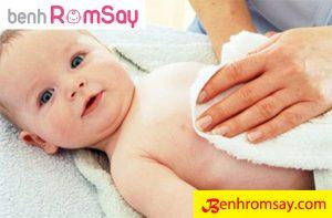 Vệ sinh tắm giặt và để cơ thể bé luôn thoáng mát là biện pháp phòng ngừa rôm sảy ở trẻ em rất hiệu quả