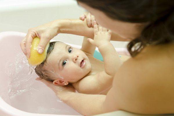 Tắm giặt sạch sẽ cho bé - Rôm sảy trên đầu