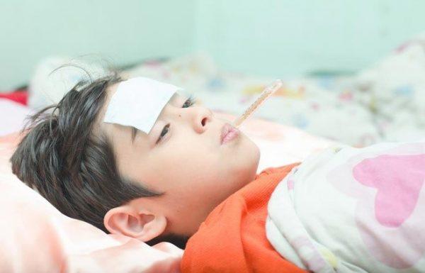Cha mẹ chăm sóc đúng phương pháp để giúp bé hạ sốt nhanh. Ảnh: Immediateclinic.