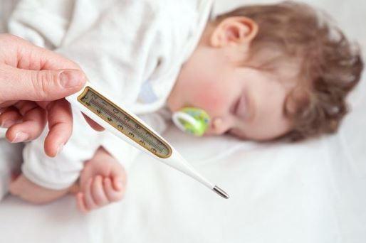 Mẹ cần nắm vững các bước xử lý kíp thời khi trẻ có dấu hiệu bị sốt