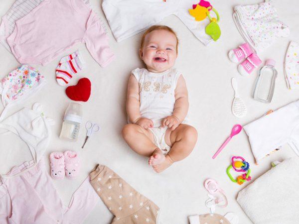Để điều trị rôm sảy thì hiện tượng ban đầu mẹ cần làm là cho bé ở nơi khô ráo, mặc đồ thoải mái