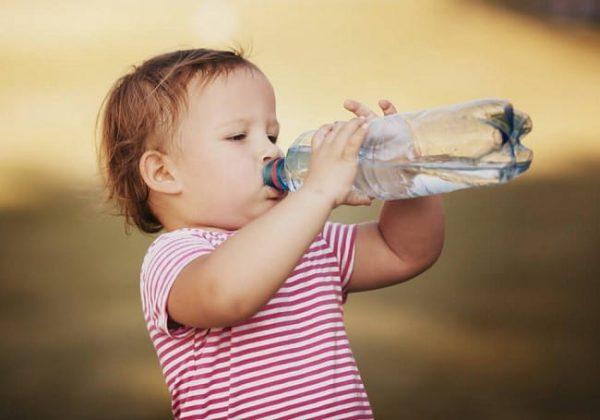 Mẹ cần bổ sùng đủ nước cho bé thường xuyên để phòng tránh rôm sảy bùng phát