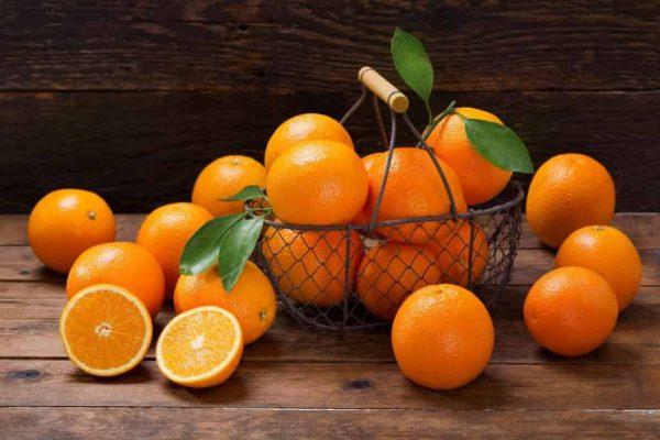 Vitamin C có trong cam hỗ trợ sữa mẹ thanh mát hơn